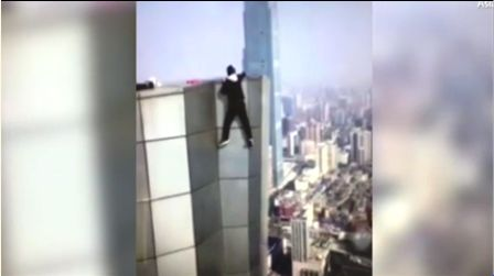 مغامر صيني يلقى حتفه بعد سقوطه من ناطحة سحاب