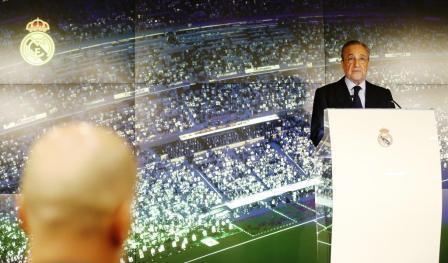 """بيريز رئيس """"الريال"""" يبتهج أمام جماهير الملكي بعودة زيدان"""