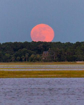القمر الأحمر، ظاهرة طبيعية أم أغنية مغربية ؟