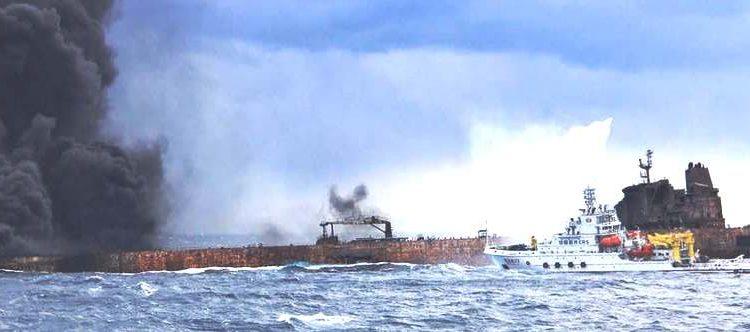 انفجار بناقلة نفط إيرانية يهدد البحر الأحمر بكارثة بيئية