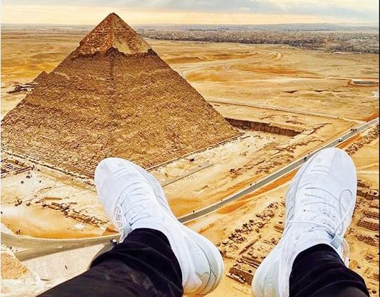 """صورة من أعلى الأهرامات تودع الأنستغرامي الشهير """"كينغفيتالي"""" السجن المصري"""