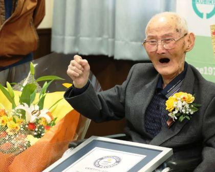 أكبر رجل سِنًّا في العالم يكشف أن الإبتسامة سر إطالة العمر