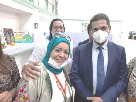 الوزير أمزازي يثمن بمراكش جهود وفن التشكيلية زهراء حنصالي